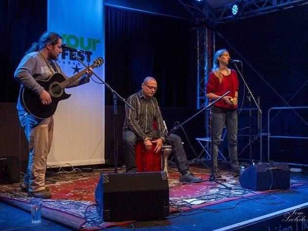 KYTARA, CAJON, ZPĚV. To je to, co tvoří hudbu kapely Rendez-fou. Občas se přidá i příčná flétna Jany Gregárkové (na snímku vpravo) . David Vacula (uprostřed) zase občas zapojí tamburínu nebo bubínek, zatímco Honza Fous (vlevo) se pevně drží kytary.