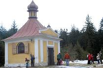 Klub českých turistů včera uspořádal setkání u kaple svatého Antonína na Rounku. Lidé se sešli v Rantířově a prošli si cestu ke kapli, v níž je uložena relikvie svatého Valentýna.