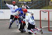 je tam! Jihlavští hokejbalisté se právě radují ze vstřelené branky. Za záda plzeňského brankáře Třísky se trefili pětkrát, a po pěti porážkách v řadě konečně slavili výhru.