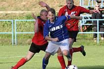 Žďárští fotbalisté (v modrém Vojtěch Zedníček)  uzavřou s Líšní divizní podzim. Oba týmy se potýkají s problémy, domácí Žďas s dlouhou dvoutýdenní přestávkou, brněnský tým má zase pro změnu rozsáhlou marodku.