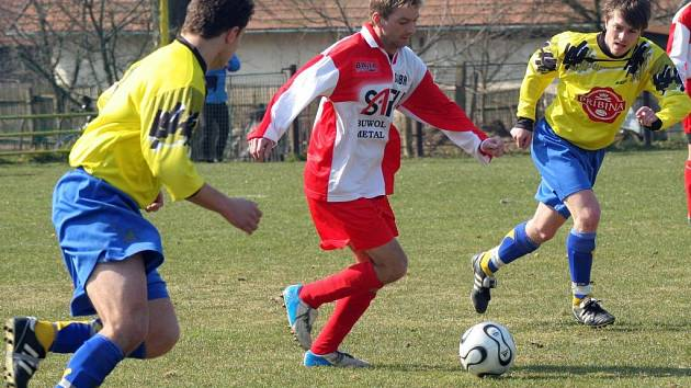 Janovice měly vždycky tým poskládaný hlavně ze zkušených hráčů. Na snímku rozjíždí akci Petr Mareš.