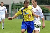 Fotbalisté Jihlavy (ve žlutém Michal Veselý v souboji s třineckým Miroslavem Černým) si v Třinci připsali premiérové vítězství v sezoně.