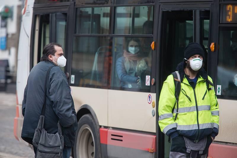 Povinnost zakrytí úst a nosu v MHD v Jihlavě. Od dnešního dne musí lidé povinně nosit respirátory nebo dvě chirurgické roušky na sobě.