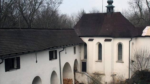 Nádvoří hradu Roštejn.