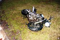 Do tohoto motocyklu narazila v pondělí večer Škoda Octavia.