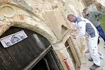 V zápřahu. Vstupní portál na jednom z nádvoří si vzali do parády štukatéři. S pomocí dobové fotografie a vytvořených šablon obnovovali prvky portálu z 19. století. To všechno v rámci programu NPÚ.