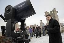 Na jihlavskou pozorovatelnu zavítali i studenti ze Střední školy obchodu a služeb v Jihlavě. Při obhlížení zamračené oblohy jim astronom Miloš Podařil vysvětlil například průběh zatmění Slunce.