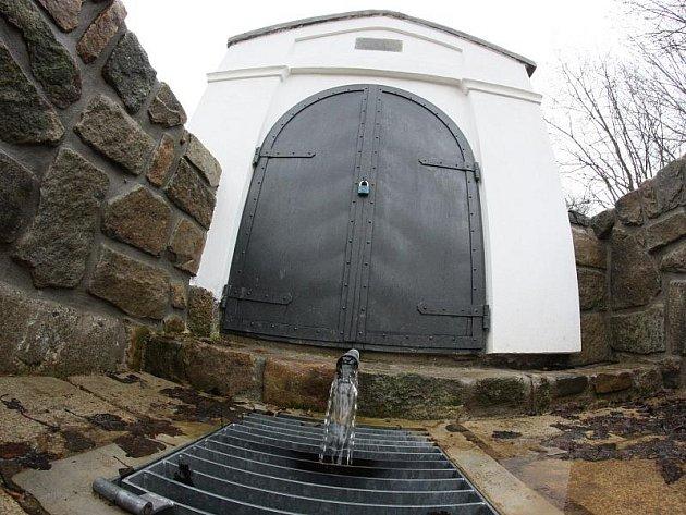 Studánka v jihlavské lokalitě Na Skalce září novotou. Na podzim tam přibude i socha Panny Marie.