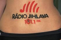 Modelka Anna Petřivá má nové logo na pupíku.