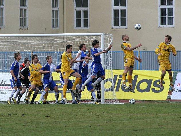 I v třetím jarním utkání jihlavští fotbalisté neinkasovali (na snímku odvrací centrovaný míč Jan Halama), a protože se konečně probudila ofenzivní vozba týmu, zrodila se první výhra v odvetách. Naopak znojemští hráči klesli na sestupovou příčku.