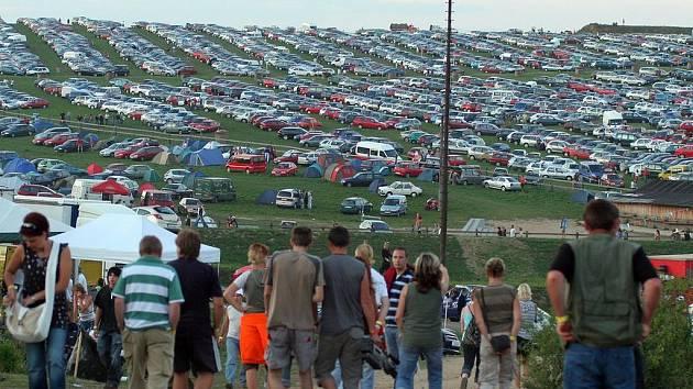 Louky u westernového městečka Šiklův mlýn se během dne zaplnily auty. Řidiči tam odstavili na šest tisíc aut.