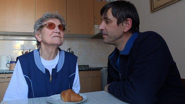 Jaroslav Honěk (na snímku vpravo), pomáhá Marii Doležalové (vlevo) již třetí rok.