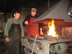 Kovářské království Jana Kalného (vlevo) a jeho syna Luďka je v dílně ve Střížově. Nechybí kovářská výheň, u které se při výrobě oba nejednou pořádně zapotí. Samozřejmostí je i buchar, kovadlina a další potřebné pracovní nástroje.