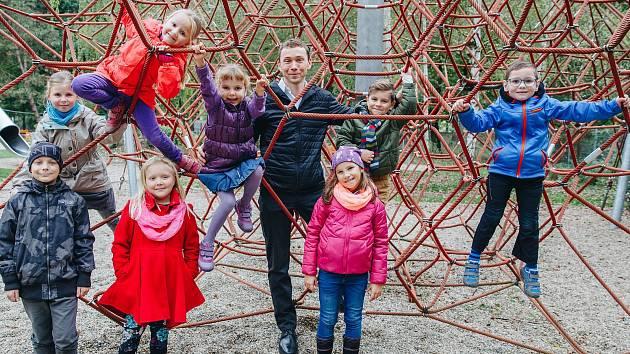 Petr Sýkora, spoluzakladatel nadace Dobrý anděl společně s dětmi, kterým pomáhají dárci, Dobří andělé.