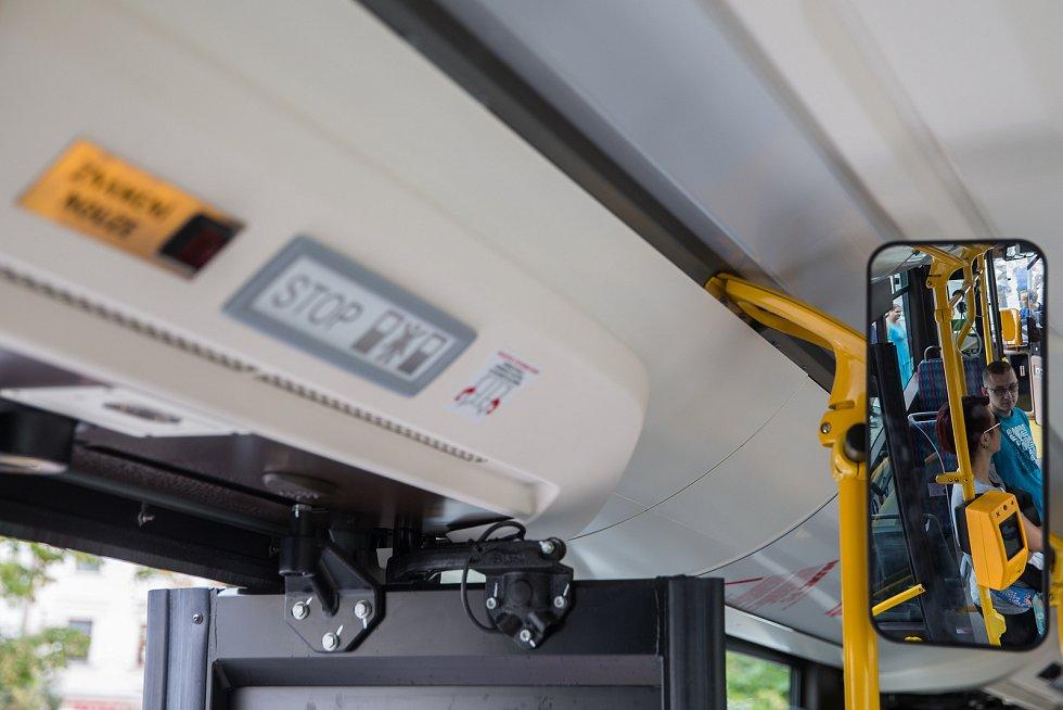 Jihlavský dopravní podnik vystavil na Masarykově náměstí své nové moderní autobusy vybavené klimatizací, Wi-Fi a usb nabíječkami.