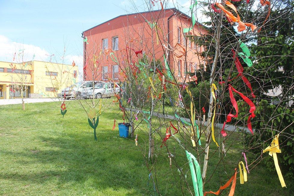 Překvapení. Děti ve Stonařově si mohly na svůj svátek vzít sladkosti přímo ze stromků v centru městyse.