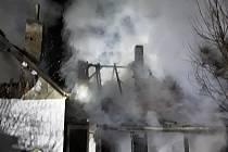 V Batelově hořel v noci rodinný dům a chata.