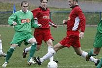 Havlíčkobrodští fotbalisté mohli proti Hulínu myslet na úspěch dvě třetiny zápasu. Potom ale udělal chybu Martin Nepovím (v zeleném) a domácí už na zvrat neměli sílu.