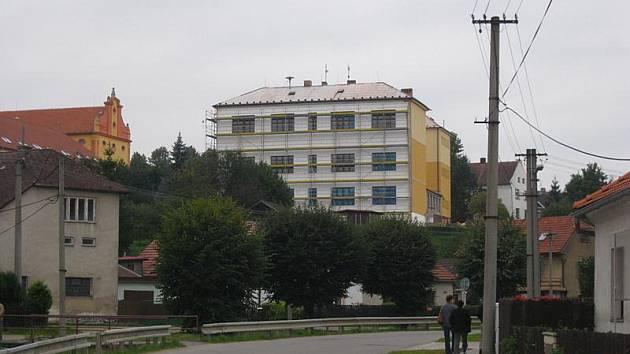 Rekonstrukce školy v Lukách nad Jihlavou by měla být hotová v říjnu.