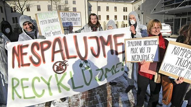 Proti stavbě velké spalovny komunálního odpadu včera v Jihlavě protestovaly téměř dvě desítky lidí. Převážně mladí lidé, někteří v ochranných bílých kombinézách a s rouškou přes obličej, se sešli před krajským úřadem v Žižkově ulici.