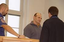 Martin Venhauer se radí se svým právníkem poté, co se dozvěděl, že by měl jít na šest a půl roku do vězení.