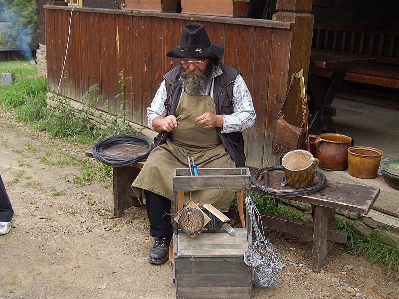Drátování. Dříve se jednalo o tradiční řemeslo, dnes je drátování považováno za uměleckou tvorbu. Ilustrační foto.