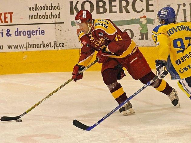 Jihlavští hokejisté (vlevo Jaroslav Mareš) v sobotním prvoligovém zápase předčili první tým tabulky. Ústečtí Lvi ale díky přesilovkovým gólům utkání zvládli. Výhru 4:2 gólem do prázdné branky pojistil ústecký Marek Hovorka (vpravo).