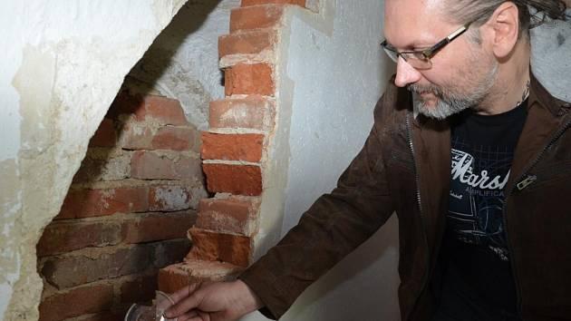 Nika. Objev duté niky se středověkým sklem. Střepy okenních bucen se stanou předlohou výroby replik.