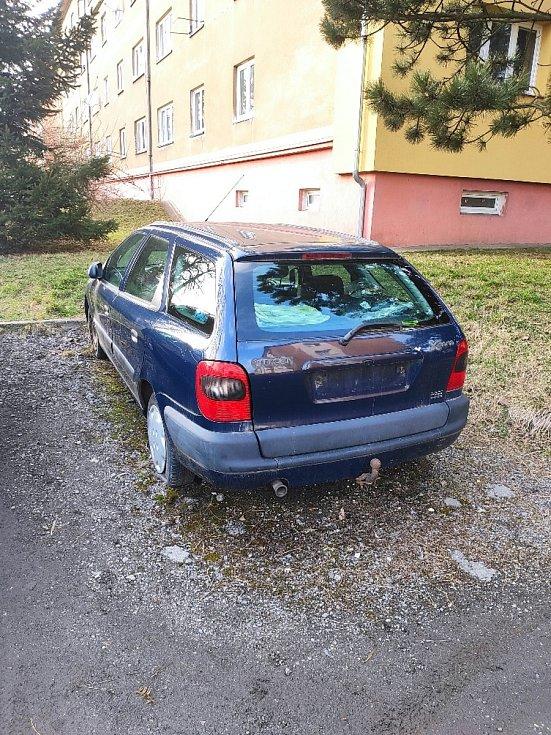 Odstavené auto bez značek ve Vrchlického ulici v JIhlavě.