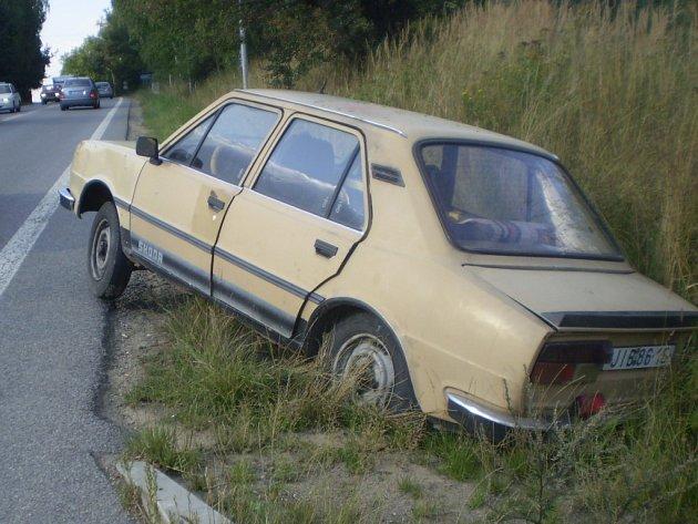 U hlavní silnice, která vede ze Znojma naJihlavu, neznámý řidič hodně neobvykle odstavil svou škodovku.