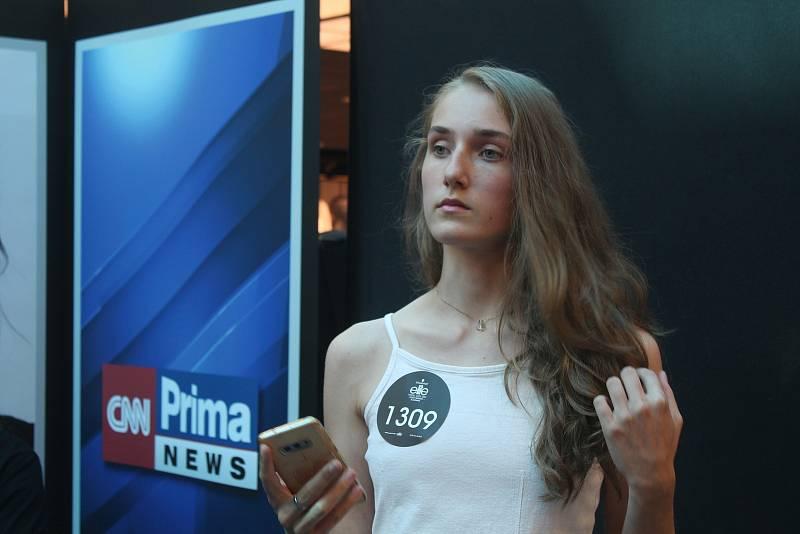 Do jihlavského Cityparku přišly desítek mladých dívek a mužů, které láká svět modelingu.