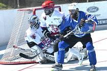 Hokejbalisté SK Jihlava B (v bílém) čeká na úvod sezony velké derby. Moravská liga startuje šlágrem HBC Flyers vs. SK!