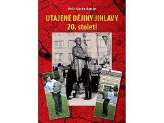 Na přebalu knihy Utajené dějiny Jihlavy 20. století pózuje i její autor, a to s hlavou jihlavské sochy prvního komunistického prezidenta Klementa Gottwalda.
