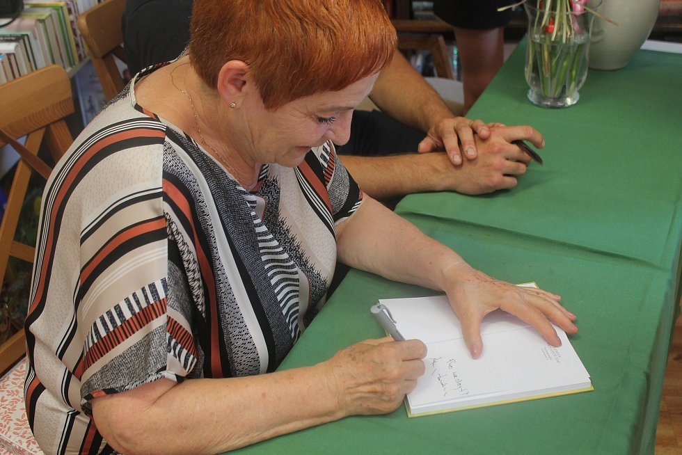 Zájem o podpis jihlavské autorky Věry Bučilové měly ženy i muži.
