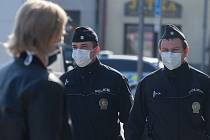 Policie České republiky v sobotu 11. dubna 2020 v Polné kontrolovala dodržování nařízení vlády o nošení roušek na veřejném prostranství.