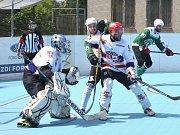 Hokejbalisté SK Jihlava B (v bílých dresech) se s Malenovicemi přetahují o vítězství v Moravské lize. Stav finálové série je nerozhodný.