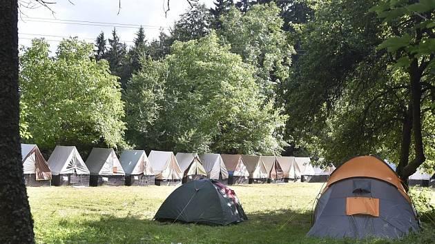 Snímky z tábora Kratizna v Hodicích po jeho uzavření. Na místo přijeli i policisté.