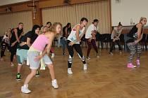 Hodiny potu a dřiny se v Třešti vyplatí. Účastníci taneční školy se vrací z týdenních kurzů, které se už několik let konají na třešťské střední škole, bohatší o nové dovednosti.