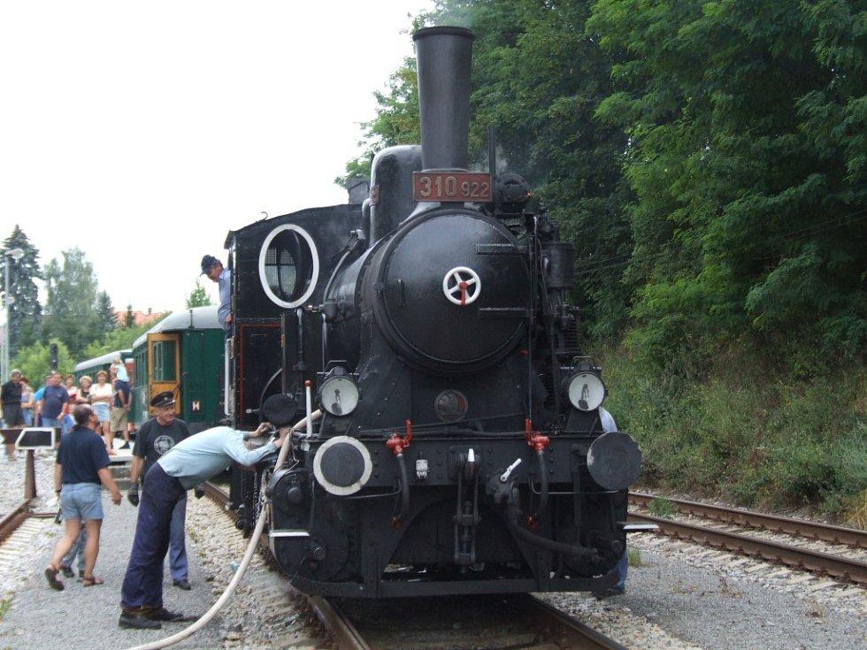 Stará parní lokomotiva se projížděla na železnici mezi Telčí a Třeští.