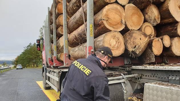 FOTO: Další přetížené náklaďáky se dřevem na D1. Nekázeň řidičů je neuvěřitelná