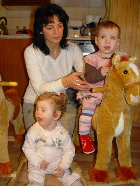 Oslavu prvních narozenin si užily Verunka a Nikolka, které rodičům po porodu zaměnily zdravotní sestry v třebíčské nemocnici. Snímky jsou z nedělního předávání dárků v Jabloňově na Velkomeziříčsku.