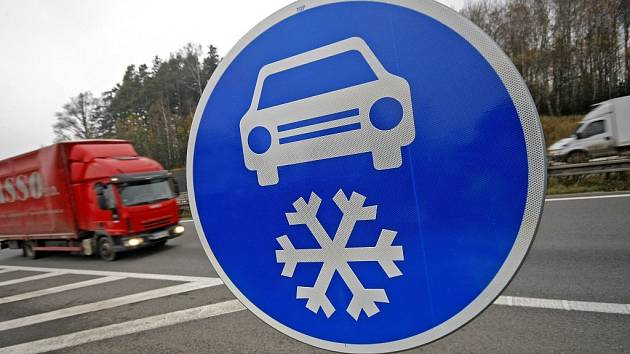 """Takto je označeno již 70 kilometrů dálnice D1. Kdo nebude značku respektovat, může přijít až o dva tisíce korun a naopak """"získat""""  jeden trestný bod."""