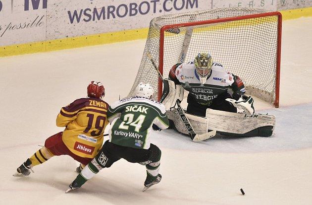 Utkání 5. kola baráže o hokejovou extraligu mezi HC Dukla Jihlava a HC Energie Karlovy Vary 7. dubna v Jihlavě.