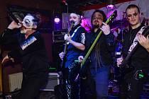 SHOW. Aby se převážně metalová kapela Hazardoom odlišila od ostatních kapel, snaží se na pódiu předvést velkolepou show. Kytaristé a basista si na obličej nechávají malovat speciální make-up.