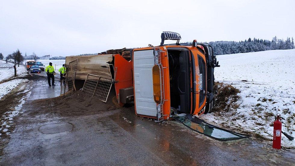 U Krasonic se převrátil sypač na bok. Při této nehodě se naštěstí nikdo nezranil.