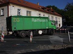 Řidič nákladního auta vjel do zákazu odbočení vlevo. Zastavil až o dopravní značku.