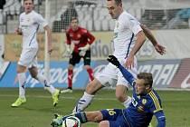 Petra Nerada (v modrém) nyní čeká nucená minimálně půlroční pauza od fotbalu.
