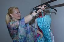 Módní návrhářka Šárka Moravová (na snímku) se v prostředí módy pohybuje už od malička. Nejradši šije extravagantní šaty. Na přehlídce jsou podle ní největší ozdobou.