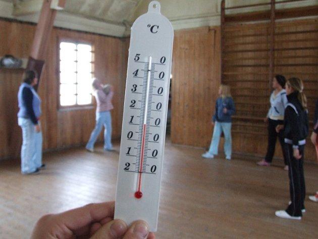 Školáci ve Stonařově musí v místní tělocvičně cvičit ve velmi nízkých teplotách. Kromě toho má bývalá ubytovna malé rozměry.