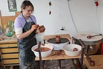 Klienti Tyfla mohou navštěvovat terapeutické kurzy v podobně práce v keramické dílně.